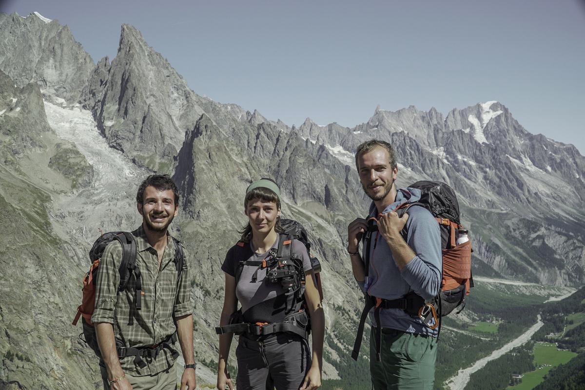 Giacomo, Sara e Yuri_fondatori Va_ Sentiero, di fronte al Monte Bianco - copyright Andrea Buonopane.jpg